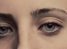 Dame met blauwe ogen (luke-braswell-272573-unsplash) (DETAIL)